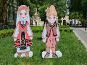 Деца с народни носии от стиропор и пластмаса