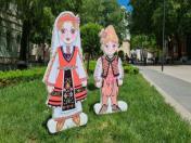 Деца с народни носии от фибран и пластмаса